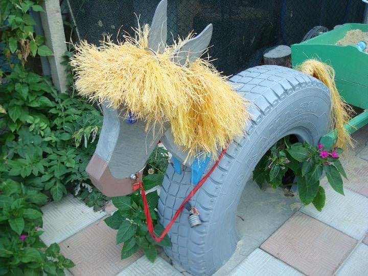 Koń z opony to fajne rzemiosło na plac zabaw