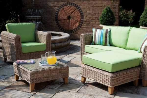 Fotele rattanowe z poduszkami pistacjowymi