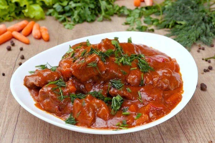 Gulasz wołowy z sosem i ziołami