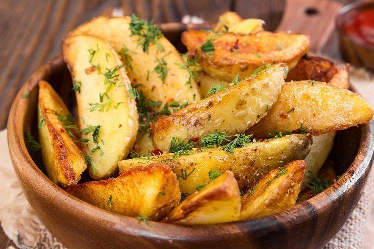 Smażone ziemniaki z przyprawami i cytryną