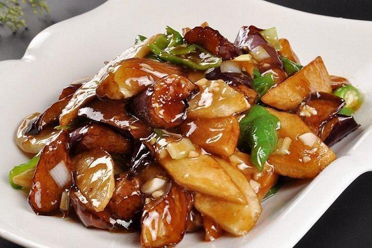 Smażone ziemniaki z warzywami w sosie sojowym