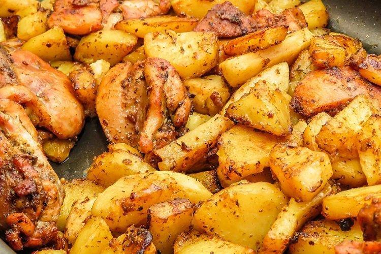 Smażone ziemniaki z filetem z kurczaka