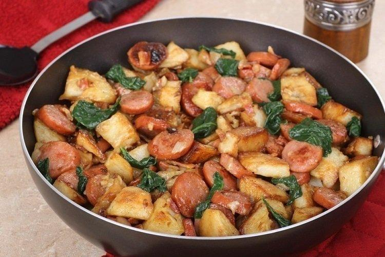 Smażone ziemniaki z kiełbaskami