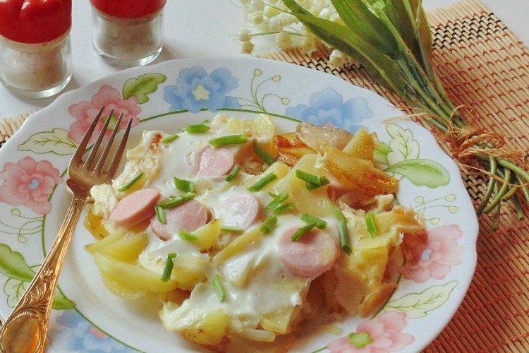 Smażone ziemniaki z jajkiem i kiełbaskami