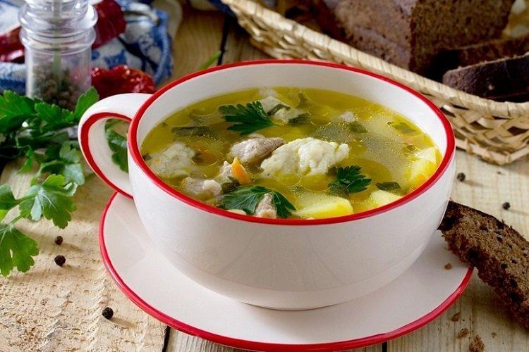 Zupa z kurczakiem, kapustą i kluskami