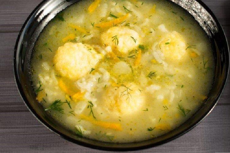 Zupa z kurczakiem, ryżem i kluskami