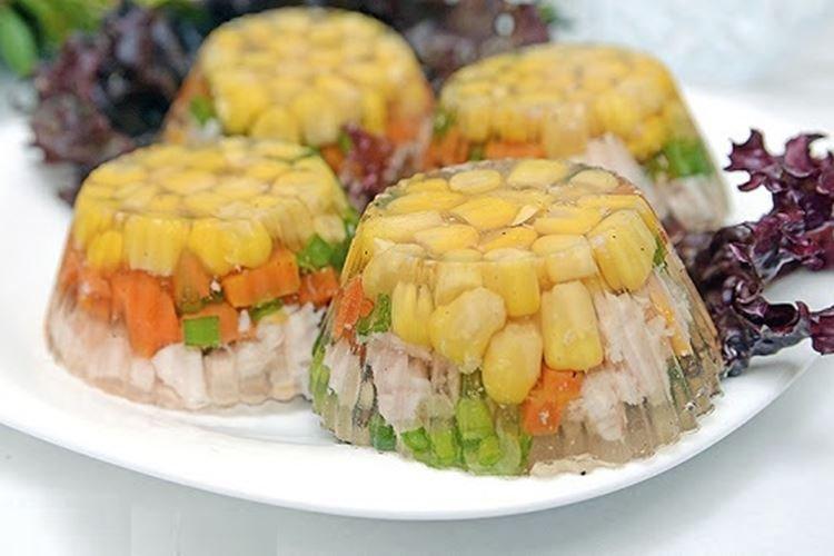 Galaretka drobiowa z kukurydzą i groszkiem - przepisy kulinarne
