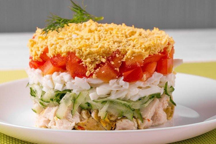 Sałatka urodzinowa z szynką i warzywami - przepisy kulinarne