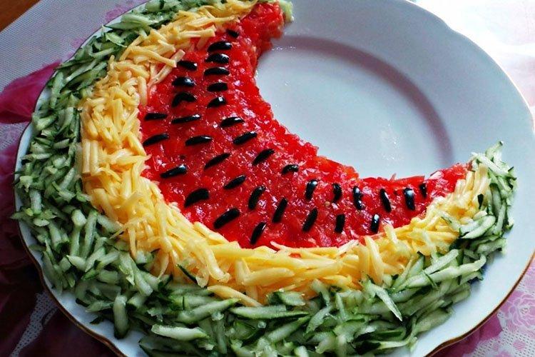 Urodzinowa sałatka z plasterkami arbuza - przepisy kulinarne