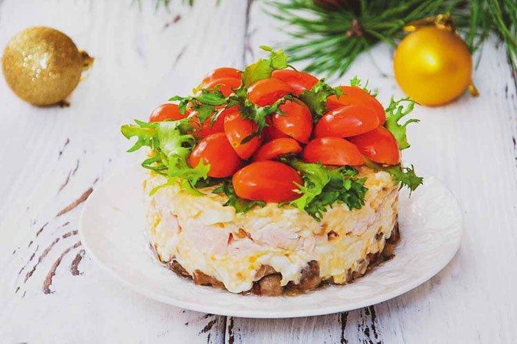 Sałatka z wędzonym kurczakiem na urodziny - przepisy kulinarne