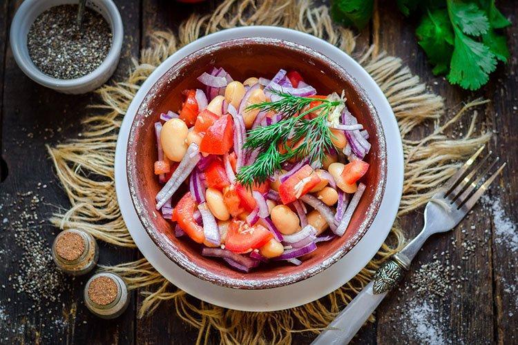 Sałatka z czerwonej fasoli - przepisy kulinarne