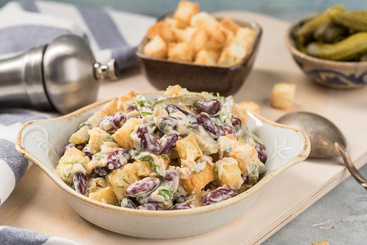 Sałatka z fasoli i grzanek - przepisy kulinarne