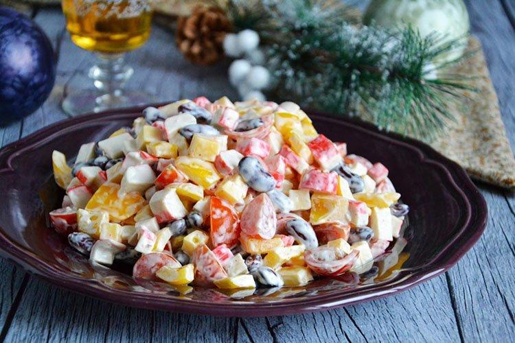 Sałatki z fasolą i paluszkami krabowymi - przepisy kulinarne