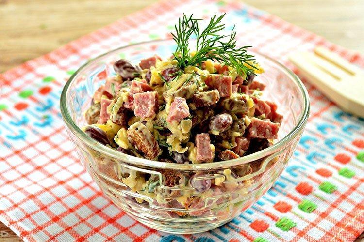 Sałatka z różowym łososiem i fasolą - przepisy kulinarne