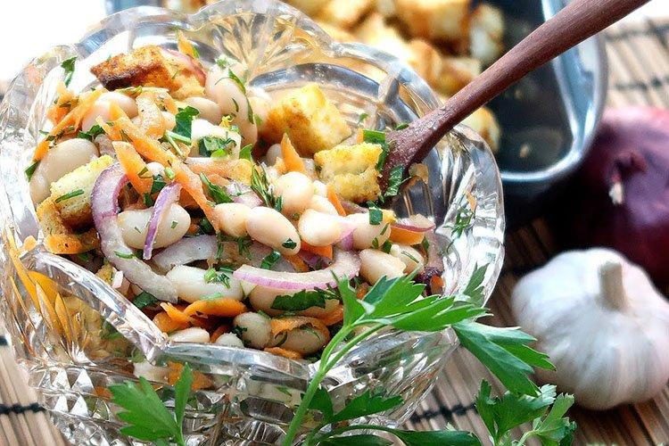 Sałatka z fasoli z ananasem - przepisy kulinarne